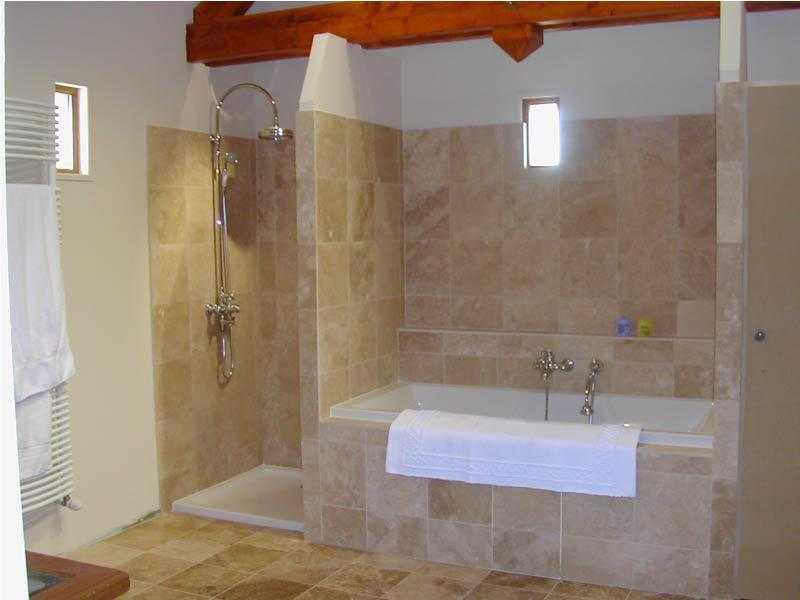 interieur-salle-de-bain-douche-en-travertin-macchiato
