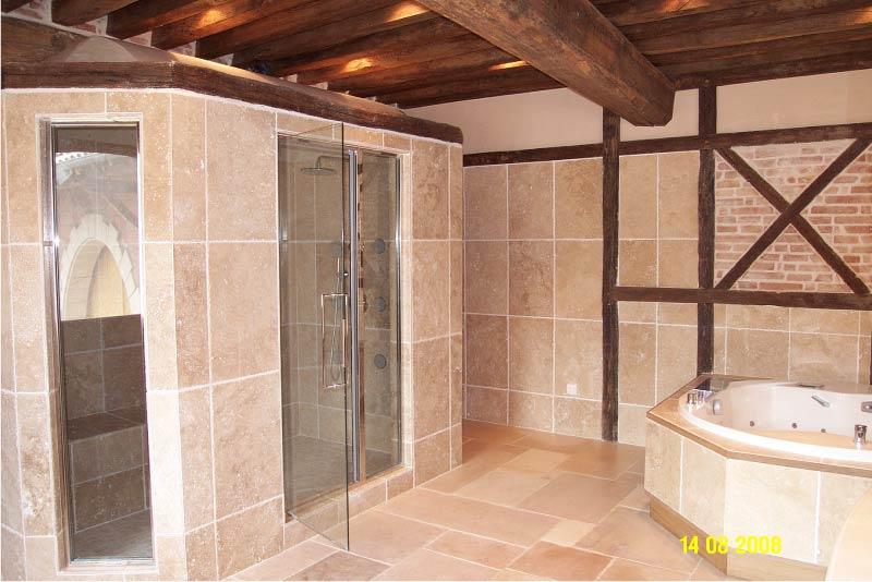 interieur-salle-de-bain-douche-travertin-macchiato