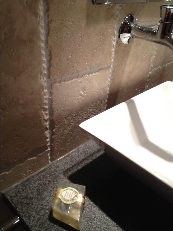 interieur-salle-de-bain-travertin-macchiato-et-granit-nerosso