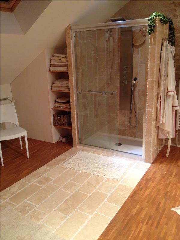 interieur-salle-de-bain-travertin-macchiato