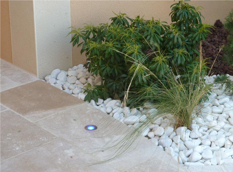 jardin-travertin-macchiato-et-galets
